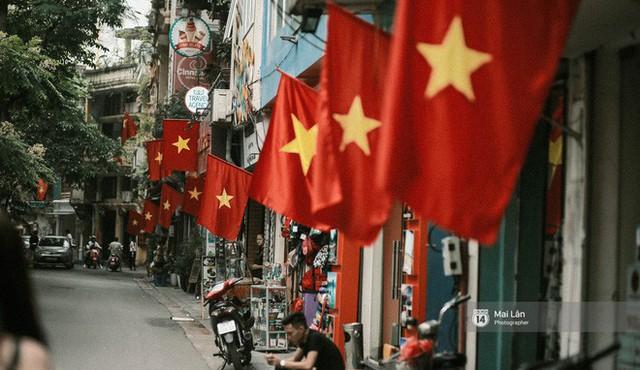 Những con phố, chung cư cao tầng ở Hà Nội nhuộm đỏ cờ Tổ quốc trong ngày giải phóng miền Nam thống nhất đất nước - Ảnh 2.