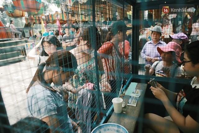 Nghỉ lễ 30/4, người dân Hà Nội đổ xô đến Công viên Thủ Lệ vui chơi, nằm trên bãi cỏ trốn nóng - Ảnh 1.