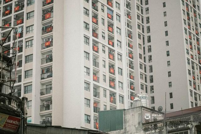 Những con phố, chung cư cao tầng ở Hà Nội nhuộm đỏ cờ Tổ quốc trong ngày giải phóng miền Nam thống nhất đất nước - Ảnh 11.