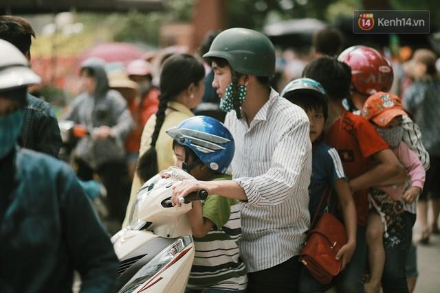 Nghỉ lễ 30/4, người dân Hà Nội đổ xô đến Công viên Thủ Lệ vui chơi, nằm trên bãi cỏ trốn nóng - Ảnh 11.