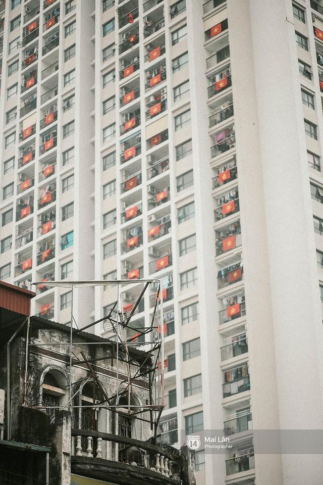 Những con phố, chung cư cao tầng ở Hà Nội nhuộm đỏ cờ Tổ quốc trong ngày giải phóng miền Nam thống nhất đất nước - Ảnh 12.