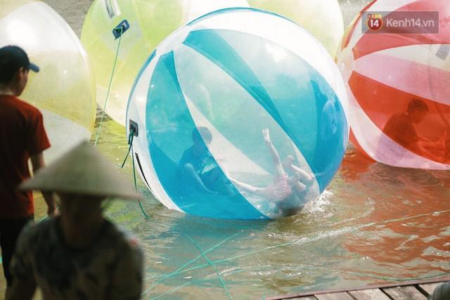 Nghỉ lễ 30/4, người dân Hà Nội đổ xô đến Công viên Thủ Lệ vui chơi, nằm trên bãi cỏ trốn nóng - Ảnh 12.