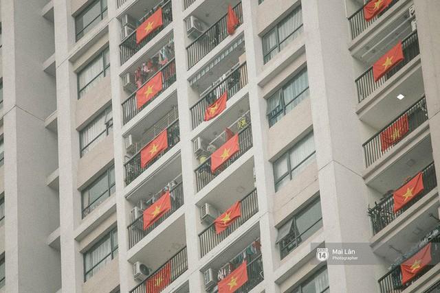 Những con phố, chung cư cao tầng ở Hà Nội nhuộm đỏ cờ Tổ quốc trong ngày giải phóng miền Nam thống nhất đất nước - Ảnh 13.