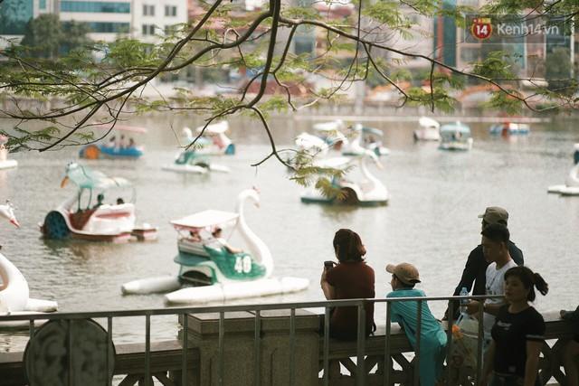 Nghỉ lễ 30/4, người dân Hà Nội đổ xô đến Công viên Thủ Lệ vui chơi, nằm trên bãi cỏ trốn nóng - Ảnh 13.