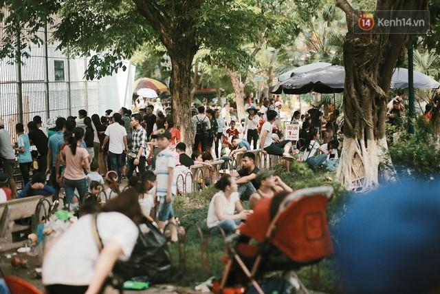 Nghỉ lễ 30/4, người dân Hà Nội đổ xô đến Công viên Thủ Lệ vui chơi, nằm trên bãi cỏ trốn nóng - Ảnh 14.