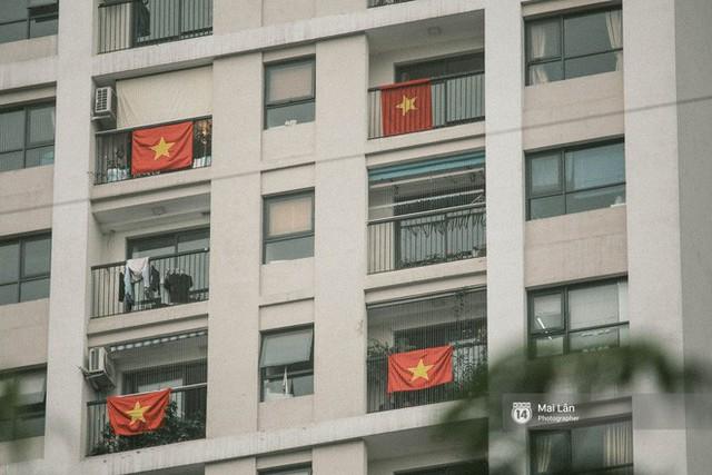 Những con phố, chung cư cao tầng ở Hà Nội nhuộm đỏ cờ Tổ quốc trong ngày giải phóng miền Nam thống nhất đất nước - Ảnh 3.