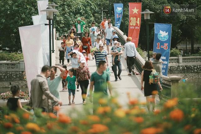 Nghỉ lễ 30/4, người dân Hà Nội đổ xô đến Công viên Thủ Lệ vui chơi, nằm trên bãi cỏ trốn nóng - Ảnh 3.