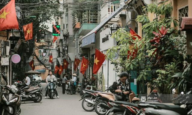Những con phố, chung cư cao tầng ở Hà Nội nhuộm đỏ cờ Tổ quốc trong ngày giải phóng miền Nam thống nhất đất nước - Ảnh 4.