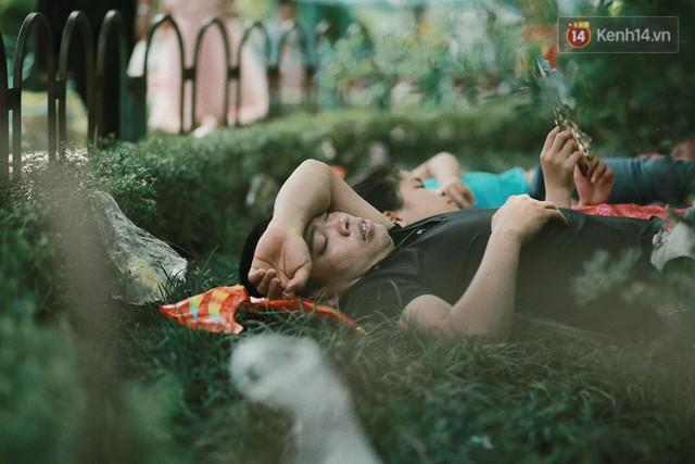 Nghỉ lễ 30/4, người dân Hà Nội đổ xô đến Công viên Thủ Lệ vui chơi, nằm trên bãi cỏ trốn nóng - Ảnh 4.