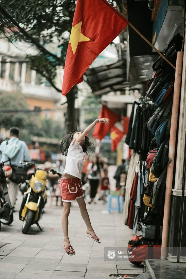 Những con phố, chung cư cao tầng ở Hà Nội nhuộm đỏ cờ Tổ quốc trong ngày giải phóng miền Nam thống nhất đất nước - Ảnh 5.