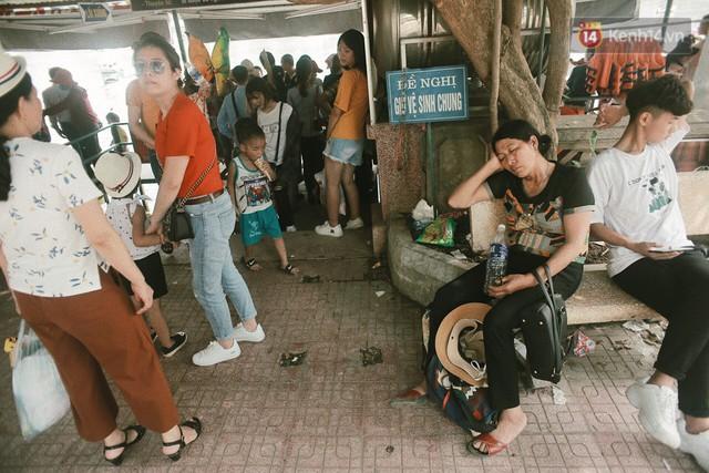 Nghỉ lễ 30/4, người dân Hà Nội đổ xô đến Công viên Thủ Lệ vui chơi, nằm trên bãi cỏ trốn nóng - Ảnh 5.