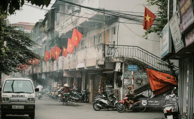 Những con phố, chung cư cao tầng ở Hà Nội nhuộm đỏ cờ Tổ quốc trong ngày giải phóng miền Nam thống nhất đất nước - Ảnh 6.