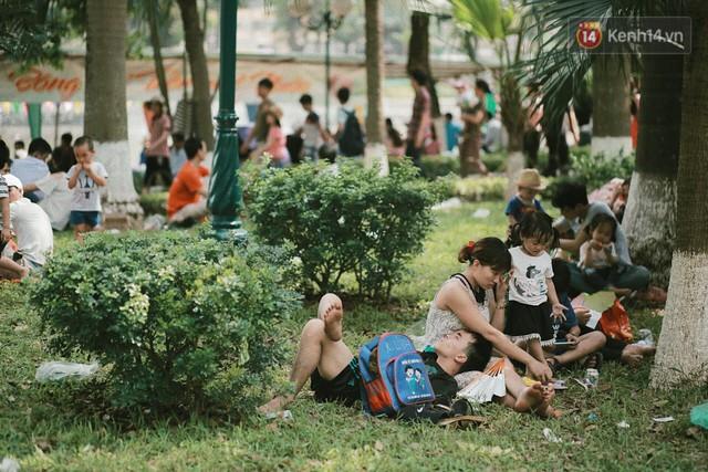 Nghỉ lễ 30/4, người dân Hà Nội đổ xô đến Công viên Thủ Lệ vui chơi, nằm trên bãi cỏ trốn nóng - Ảnh 6.