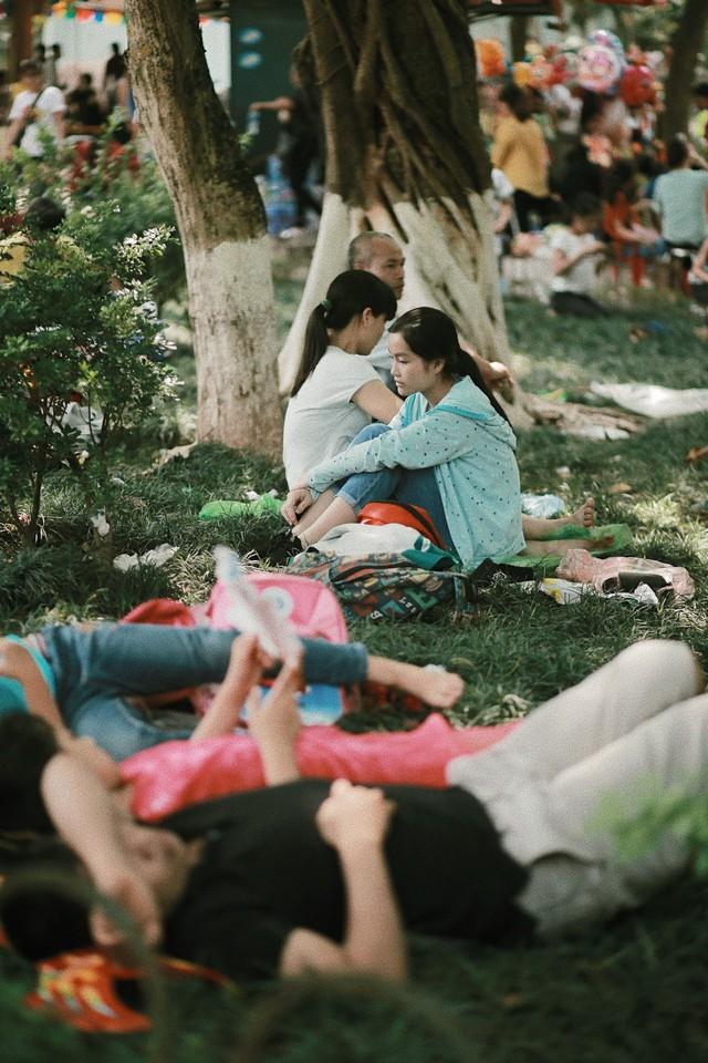 Nghỉ lễ 30/4, người dân Hà Nội đổ xô đến Công viên Thủ Lệ vui chơi, nằm trên bãi cỏ trốn nóng - Ảnh 7.