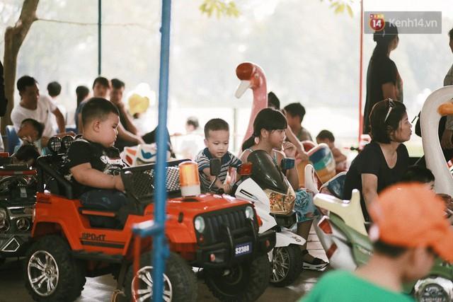 Nghỉ lễ 30/4, người dân Hà Nội đổ xô đến Công viên Thủ Lệ vui chơi, nằm trên bãi cỏ trốn nóng - Ảnh 8.