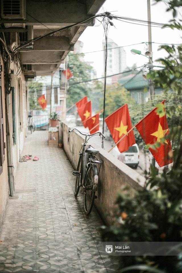 Những con phố, chung cư cao tầng ở Hà Nội nhuộm đỏ cờ Tổ quốc trong ngày giải phóng miền Nam thống nhất đất nước - Ảnh 9.