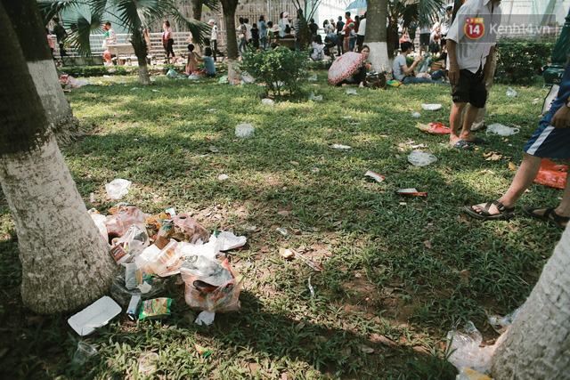 Nghỉ lễ 30/4, người dân Hà Nội đổ xô đến Công viên Thủ Lệ vui chơi, nằm trên bãi cỏ trốn nóng - Ảnh 9.