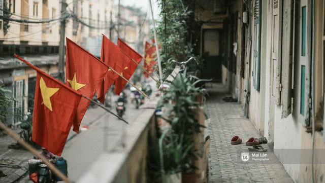 Những con phố, chung cư cao tầng ở Hà Nội nhuộm đỏ cờ Tổ quốc trong ngày giải phóng miền Nam thống nhất đất nước - Ảnh 10.