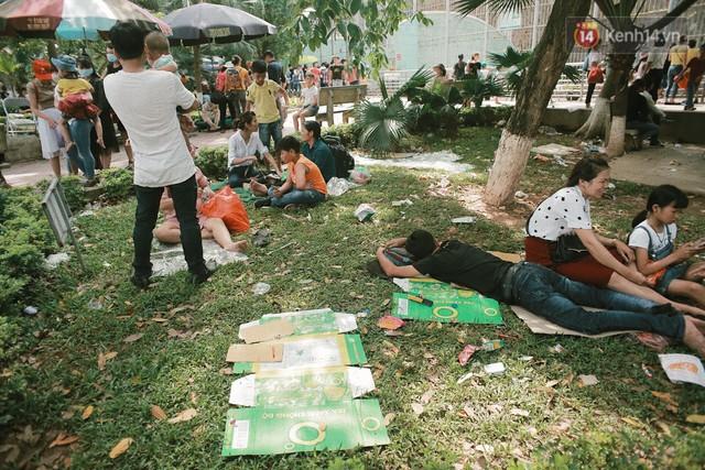 Nghỉ lễ 30/4, người dân Hà Nội đổ xô đến Công viên Thủ Lệ vui chơi, nằm trên bãi cỏ trốn nóng - Ảnh 10.
