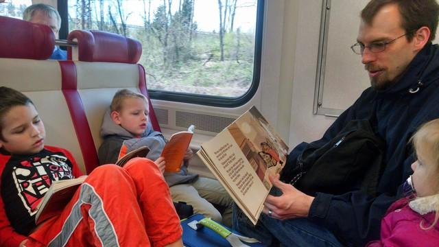 Nước Úc và chuyện những đứa trẻ chỉ đọc sách trên xe buýt, nhà siêu giàu nhưng vẫn đi làm thêm, không thích tiêu tiền bố mẹ - Ảnh 2.