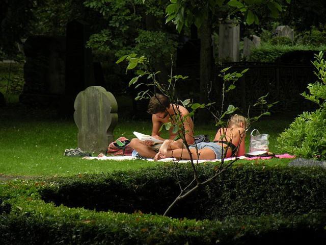 Dạo chơi trong nghĩa địa, tắm nắng cạnh bia mộ - Thói quen kỳ lạ đến kinh dị của người Đan Mạch - Ảnh 2.