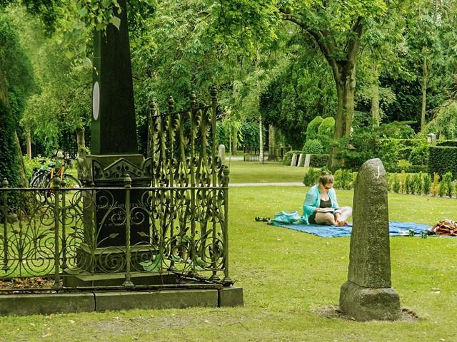 Dạo chơi trong nghĩa địa, tắm nắng cạnh bia mộ - Thói quen kỳ lạ đến kinh dị của người Đan Mạch - Ảnh 3.