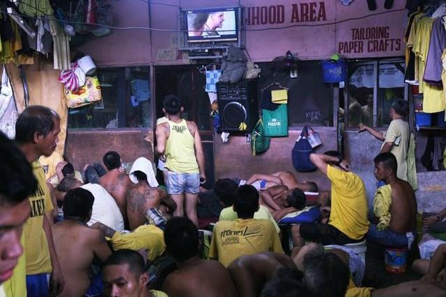 Nhà tù ổ chuột ở Philippines: Tù nhân được tự do đi lại, đông đến mức chỉ có chỗ ngồi - Ảnh 1.