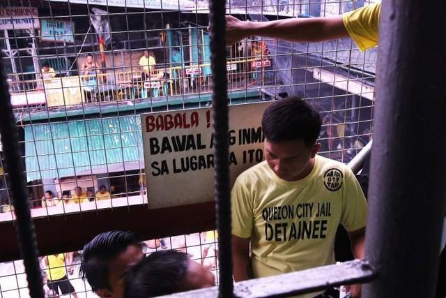 Nhà tù ổ chuột ở Philippines: Tù nhân được tự do đi lại, đông đến mức chỉ có chỗ ngồi - Ảnh 2.