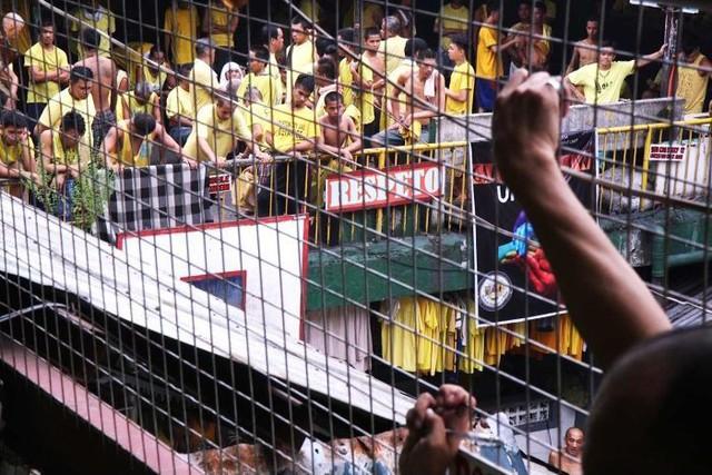 Nhà tù ổ chuột ở Philippines: Tù nhân được tự do đi lại, đông đến mức chỉ có chỗ ngồi - Ảnh 3.