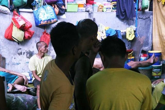 Nhà tù ổ chuột ở Philippines: Tù nhân được tự do đi lại, đông đến mức chỉ có chỗ ngồi - Ảnh 4.
