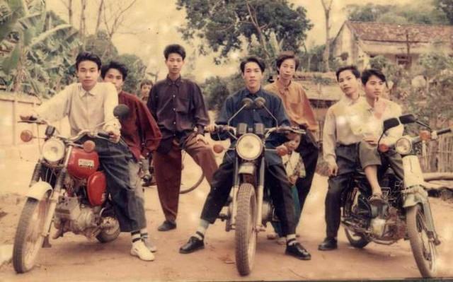 Hội Rich Kids thập niên 90 sáng nhất hôm nay: Ai cũng phối đồ đi trước thời đại, khoe cả dàn mô tô xịn xò - Ảnh 1.