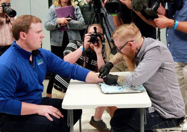 Hàng ngàn người Thụy Điển đang cấy microchip dưới da để thay thế thẻ căn cước - Ảnh 3.
