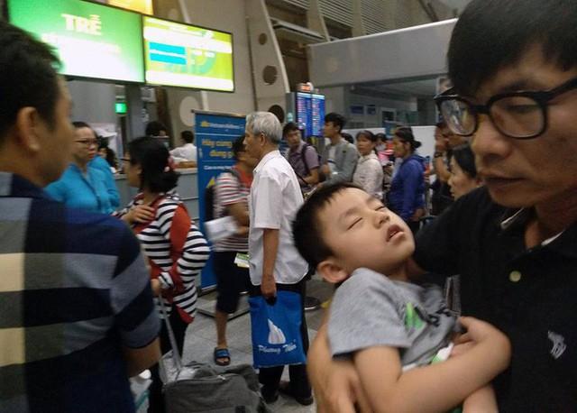 Máy bay Vietnam Airlines gặp sự cố, hàng trăm hành khách phải ngủ lại qua đêm tại sân bay Đà Nẵng - Ảnh 1.