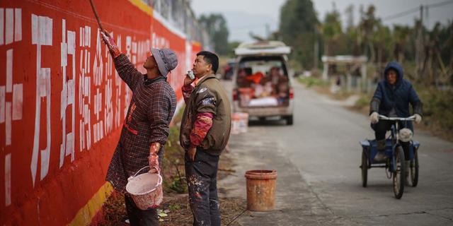 Khởi nghiệp bằng xe đạp, chổi quét sơn, người đàn ông này đã giúp vùng quê Trung Quốc giàu lên nhờ vẽ quảng cáo tường - Ảnh 1.