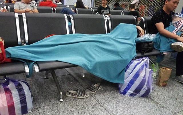Máy bay Vietnam Airlines gặp sự cố, hàng trăm hành khách phải ngủ lại qua đêm tại sân bay Đà Nẵng - Ảnh 3.