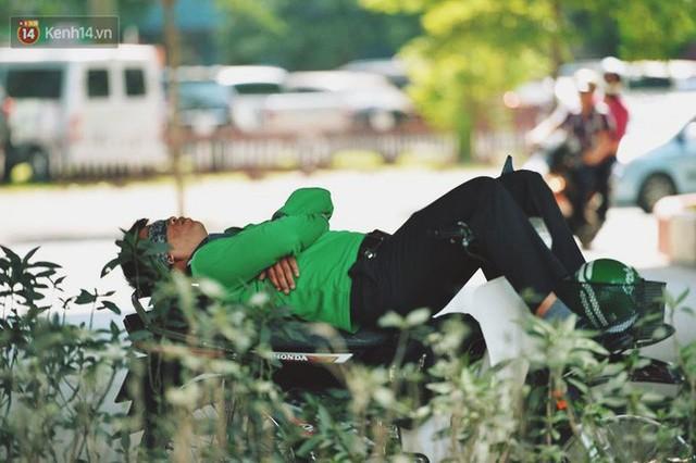 Nhọc nhằn bước chân mưu sinh của những người lao động nghèo dưới nắng nóng Hà Nội - Ảnh 12.