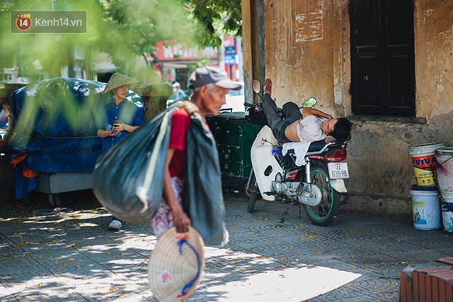 Nhọc nhằn bước chân mưu sinh của những người lao động nghèo dưới nắng nóng Hà Nội - Ảnh 14.