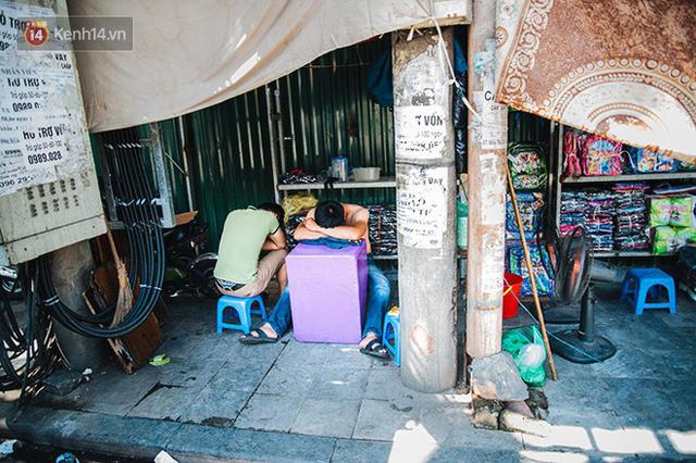 Nhọc nhằn bước chân mưu sinh của những người lao động nghèo dưới nắng nóng Hà Nội - Ảnh 16.