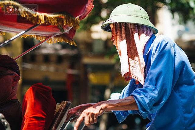 Nhọc nhằn bước chân mưu sinh của những người lao động nghèo dưới nắng nóng Hà Nội - Ảnh 20.