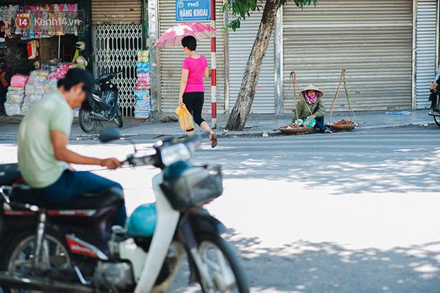 Nhọc nhằn bước chân mưu sinh của những người lao động nghèo dưới nắng nóng Hà Nội - Ảnh 21.
