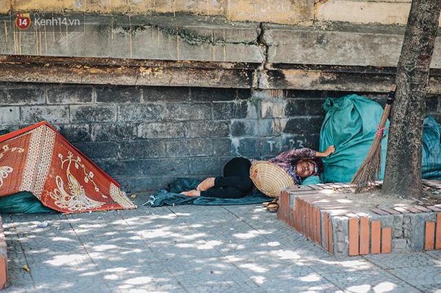 Nhọc nhằn bước chân mưu sinh của những người lao động nghèo dưới nắng nóng Hà Nội - Ảnh 23.