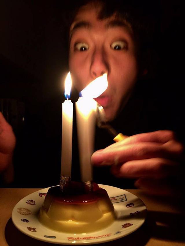 21 tuổi mới được tổ chức sinh nhật lần đầu, biểu cảm của chàng trai khiến cư dân mạng vừa buồn cười vừa thương - Ảnh 1.