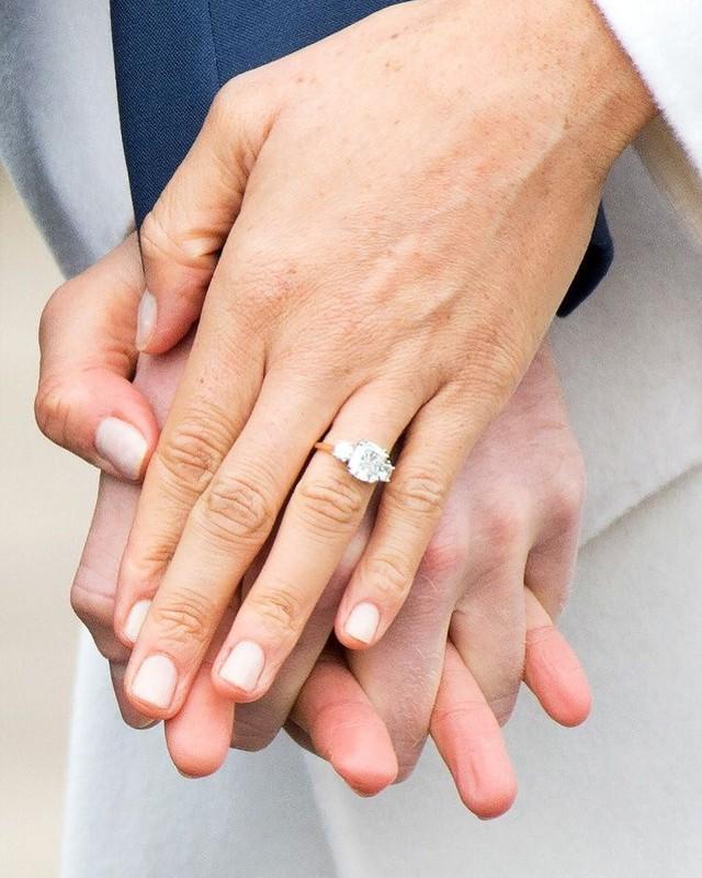 7 con số ấn tượng về đám cưới Hoàng gia Anh: Từ 3 viên kim cương trên nhẫn đính hôn cho tới chiếc váy cưới tiền tỷ - Ảnh 1.