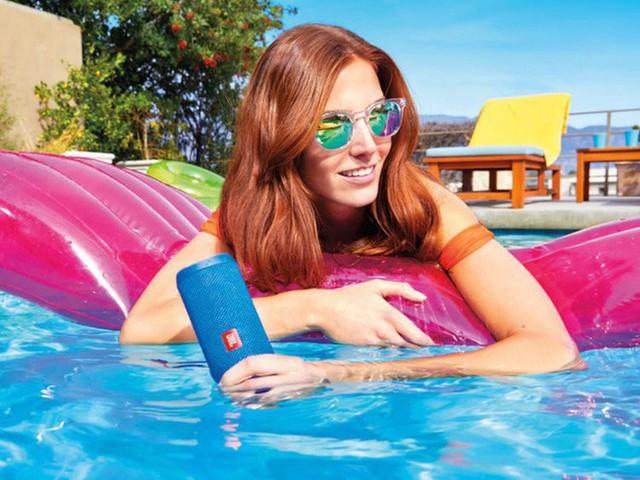 6 thiết bị công nghệ chống nước hoàn toàn phù hợp để sử dụng bên bể bơi, bãi biển trong mùa hè năm nay - Ảnh 1.