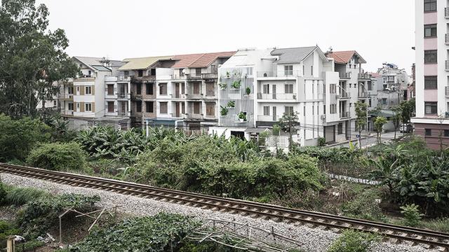 Nắng chiếu thẳng vào mặt tiền lại gần đường ray ồn ào, ngôi nhà ở ngoại thành Hà Nội vẫn được báo Mỹ khen ngợi vì cách xử lý thông minh - Ảnh 3.