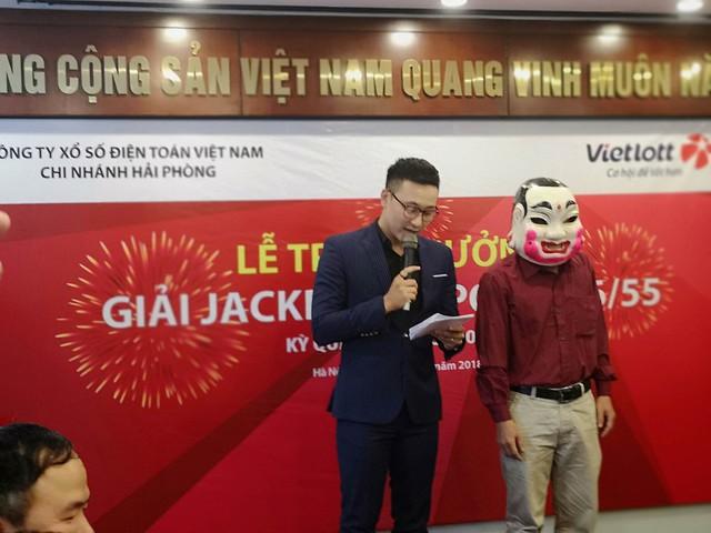 Chủ nhân tấm vé Vietlott hơn 300 tỉ đồng đã đeo mặt nạ đến nhận thưởng - Ảnh 1.