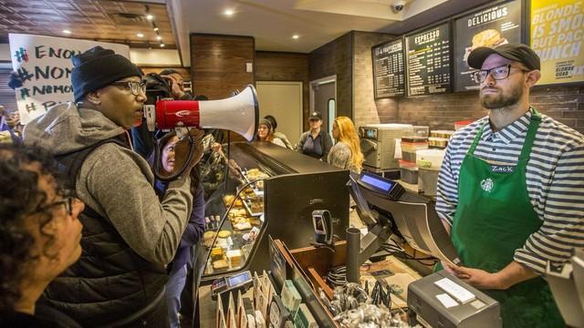 """[Case Study] Đánh mất linh hồn sang chảnh và bị đại trà hóa, Starbucks """"tự kiểm điểm"""" bằng cách đóng 600 shop và sa thải đồng loạt 12.000 nhân viên - Ảnh 3."""