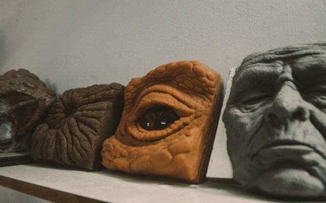 Ghé thăm lò chế tạo mô hình quái vật kinh dị như trong phim Hollywood của nhóm bạn trẻ ở Sài Gòn