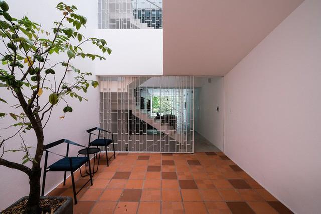 Nhờ cải tạo một cách thần kỳ, nhà ống 15 năm tuổi tối tăm cũ kỹ ở Sài Gòn được lên tạp chí kiến trúc Mỹ - Ảnh 3.