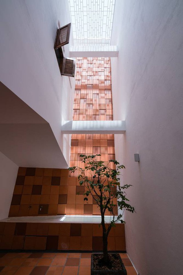 Nhờ cải tạo một cách thần kỳ, nhà ống 15 năm tuổi tối tăm cũ kỹ ở Sài Gòn được lên tạp chí kiến trúc Mỹ - Ảnh 9.